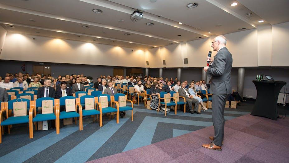 e-Gro launch and 50th Anniv PL,anniversary, party,  presenting, presentation, public, man, grodan, seat