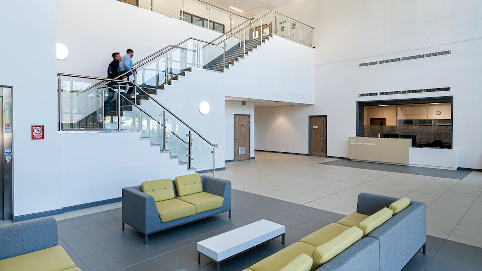 Acoustic ceiling solution: Rockfon® MediCare® Standard, A, 600 x 600 - Chicago Metallic™ T24 Click 2890