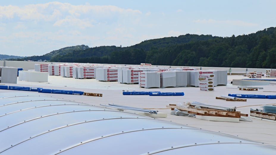 reference, egger glas, production hall, flat roof, hardrock 040, roof insulation, rooflight dome, gersdorf, austria