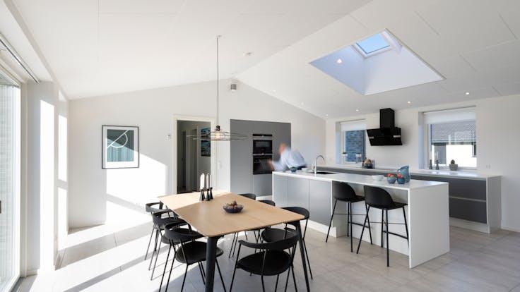 DK, Aalborg, HusCompagniet, Private Home, living room, dining room, kitchen, Rockfon Blanka, B-edge, 1200x600, white, Rockfon System B Adhesive