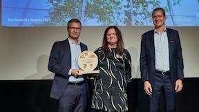 Thomas Kähler, EY award 2021. Kähler (left) and Stine Pilegaard Jespersen, Underdirektør Dansk Erhverv and Mikkel Sthyr, Partner og Markedsleder for Assurance, EY Danmark