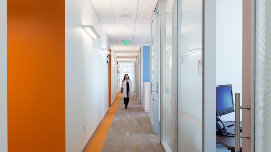 NA, Kaiser Permanente Mission Bay Medical Offices, KMD Architects, Rockfon Artic®, Chicago Metallic® Ultraline™ and 1200 Series 15/16-inch ceiling suspension system