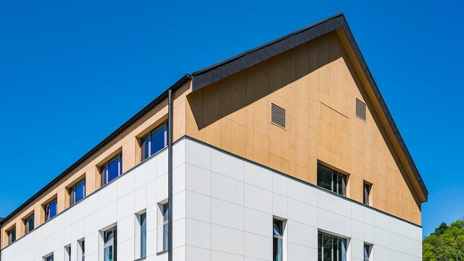 case study maison de repos Rockpanel Colours RAL 9010 en RAL 7022 Rockpanel Woods Beuken