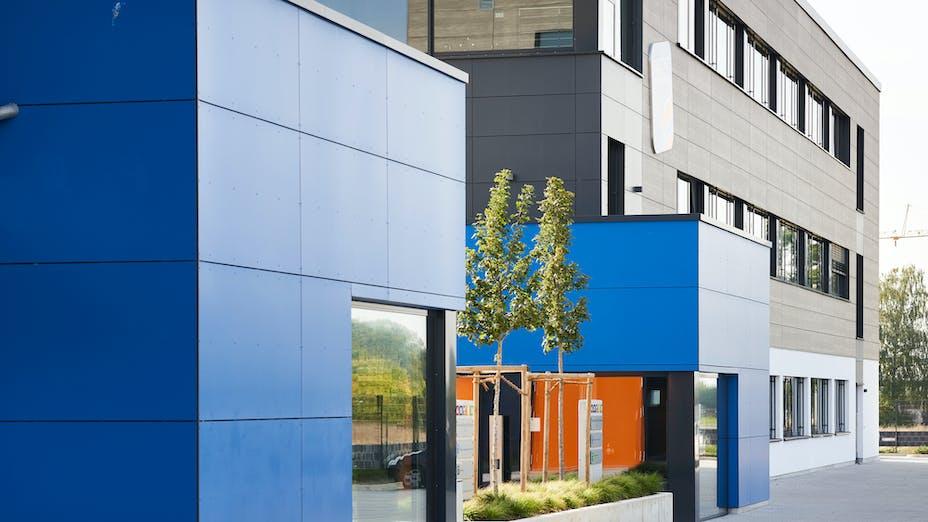 Rockpanel case study Fischer - Neuenstadt am Kocher Rockpanel Woods - Rhinestone Oak Rockpanel Colours - RAL 5017