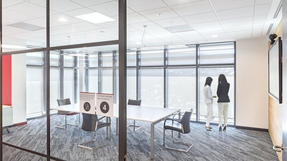 Acoustic ceiling solution: Rockfon Blanka®, 600 x 600 - Chicago Metallic™ T15 Click 2790