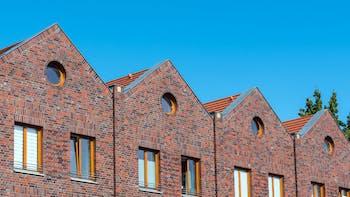 house, pitched roof, brick facade, outside, multi family house, brochure, outer wall, facade, cavity wall, broschüre, dämmung von außenwänden,  zweischaliges mauerwerk, rat und tat kernrock portfolio, germany